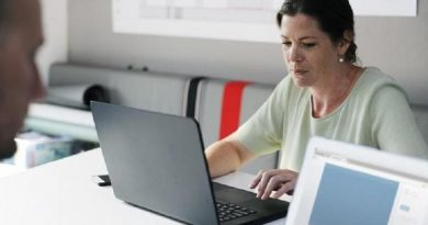 mujer en laptop