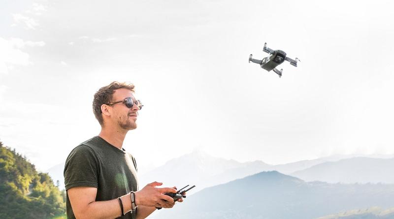hombre con drone